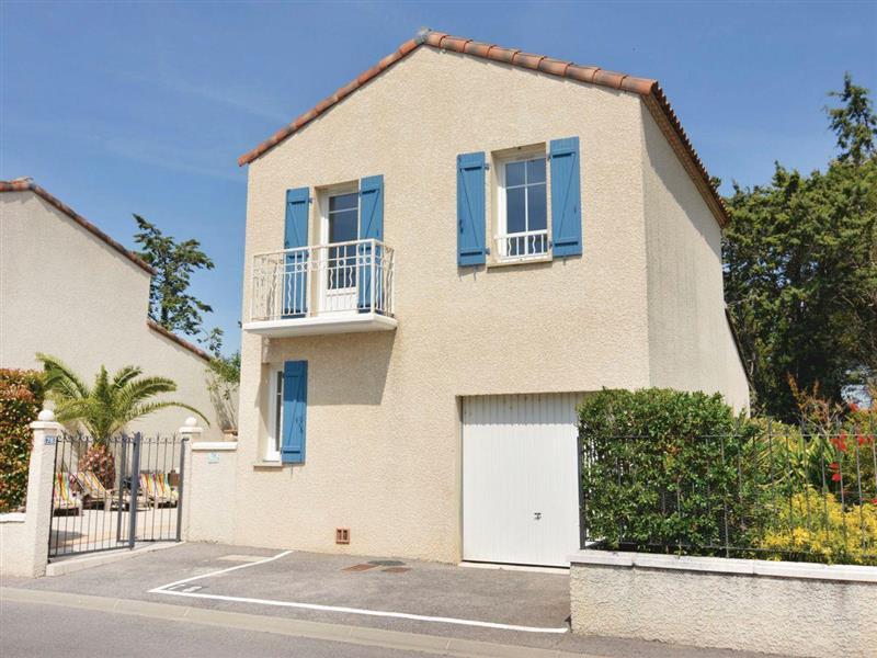 Les Volets Bleus in Aigues-Mortes, Languedoc-Roussillon - sleeps 8 people